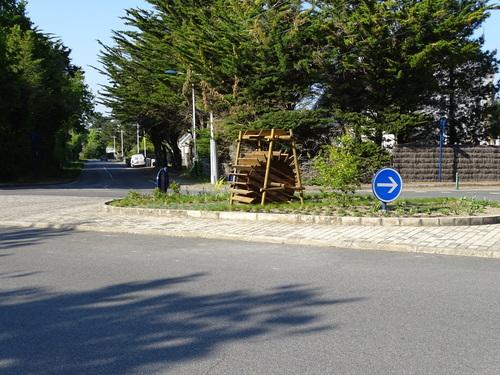 Embellissement du rond-point du moulin à eau avec la pose d'une roue à aubes en bois et de petites plantations .