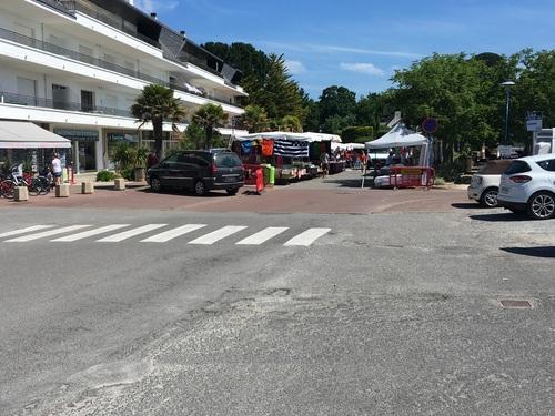 installation de commerçants sur la rue et les places de parking situées entre l'immeuble de l'oree du bois et la place du marché ,modifiant ainsi sensiblement la circulation dans ce secteur